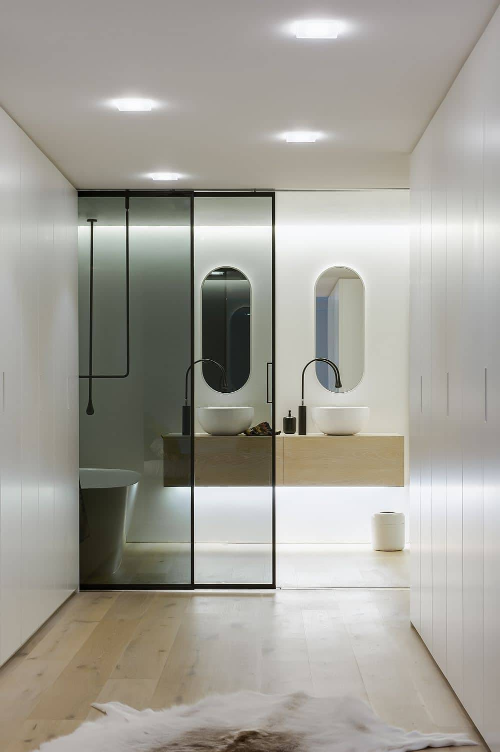 velaria schuifdeur in rookglas badkamer