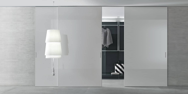 grote wit glazen schuifdeuren voor inloopkast op maat