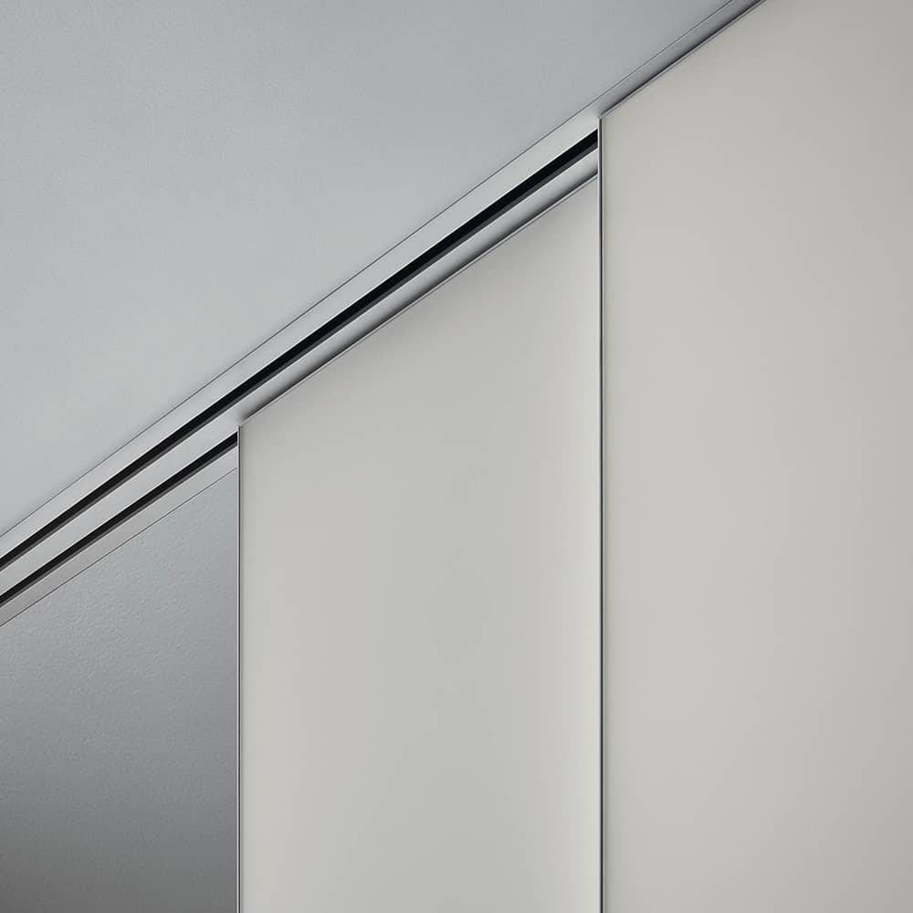 inbouwrail met wit mat gelakte schuifdeur