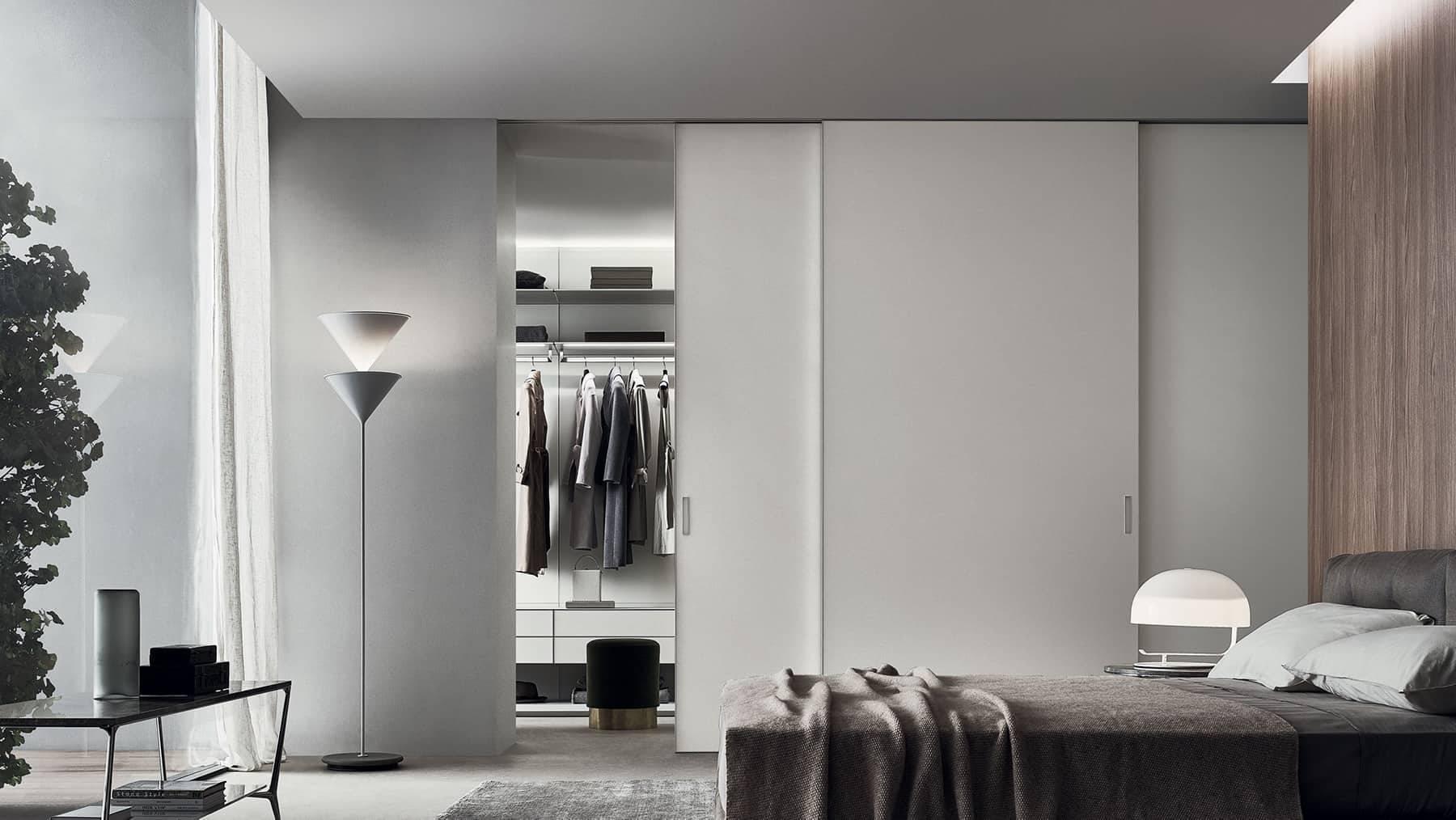 moderne wit glazen schuifdeuren voor luxe inloopkast