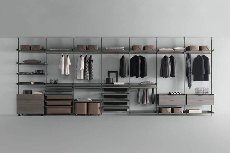 luxe italiaanse inloopkast met aluminium staanders, glazen legplanken en lederen accessoires rimadesio zenit