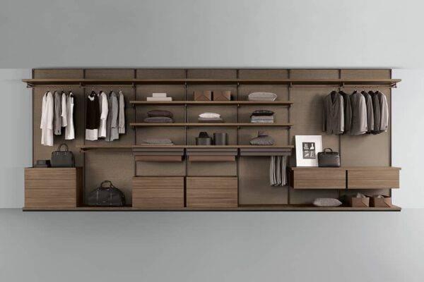 Exclusieve inloopkast op maat interieurbouw met houten kastinterieur en lederen afwerking