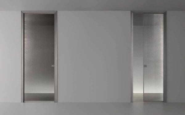 exclusieve glazen schuifdeur in de wand met dun aluminium kozijn