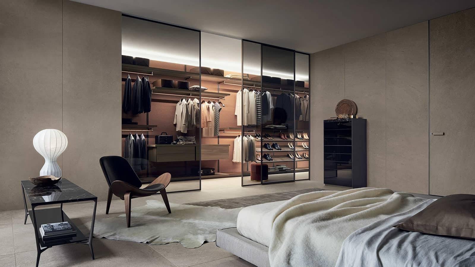 luxe inloopkast op maat met stoffen achterbekleding en lederen en houten kastinterieur RImadesio Dress Bold