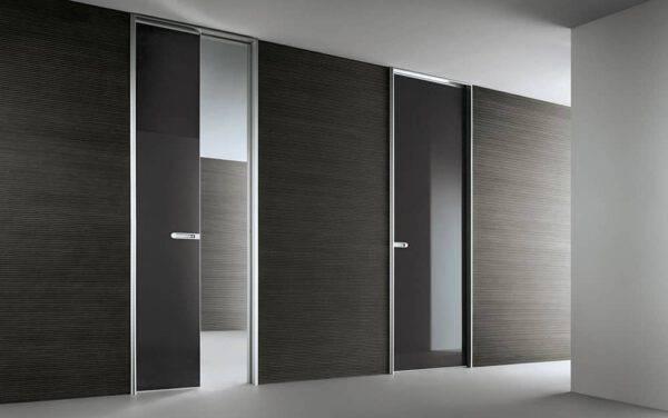 moderne zwart glazen schuifdeur in de wand en aluminium profiel