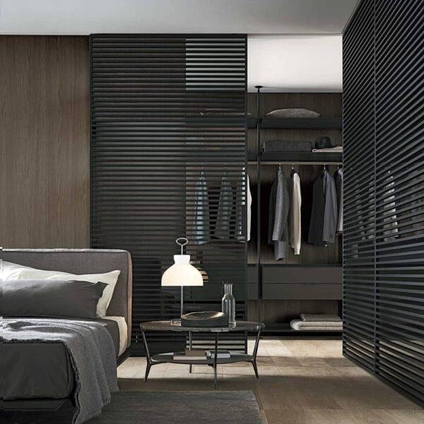 luxe hoekopstelling inloopkast op maat met rimadesio stripe schuifdeuren