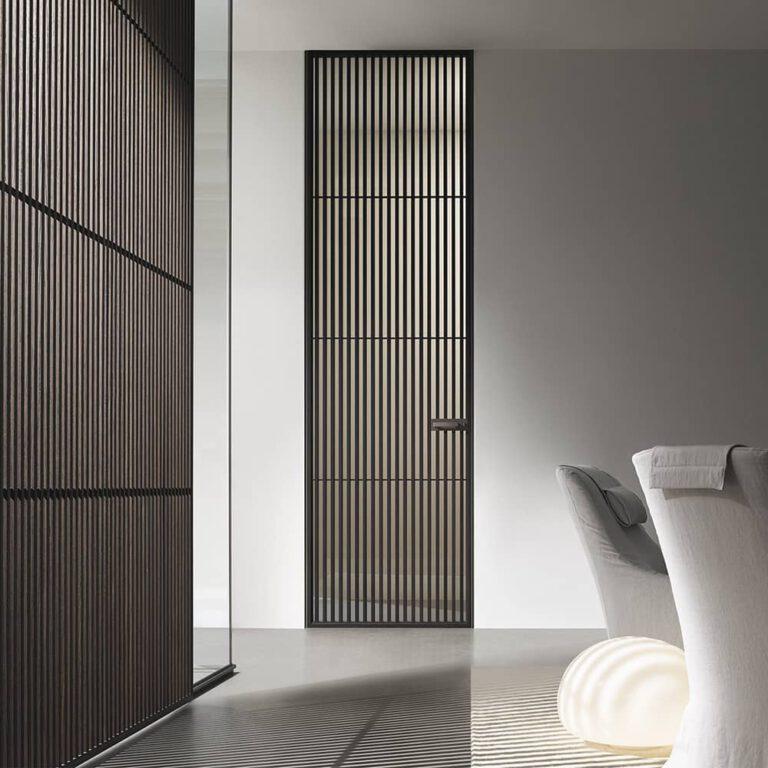 Luxe Japanse binnendeur met verticale houten profielen en transparant glas. Kamerhoog zonder kozijnloos. Rimadesio Sail