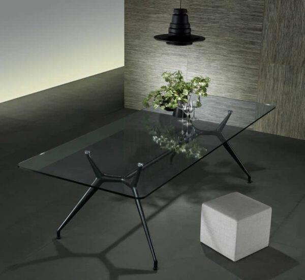 moderne glazen eettafel met rookglas en zwart aluminium poten