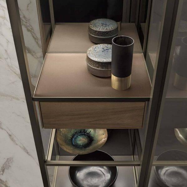 kastinterieur zwevende vitrinekast met glazen deur, lade in notenhout en afwerking top in leder