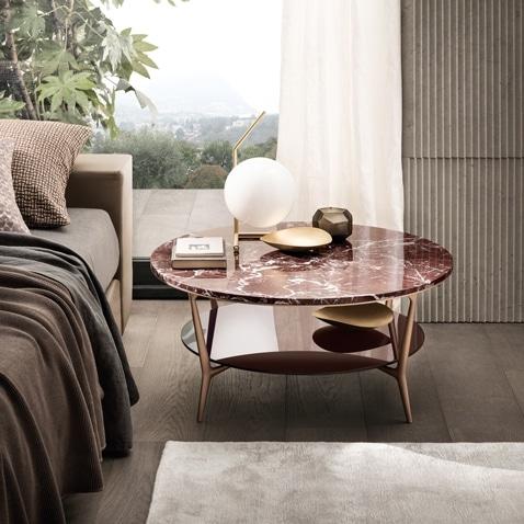 luxe bijzettafel voor slaapkamer naast het bad in roodkleurig marmer met koperkleurige poten rimadesio planet italiaans design