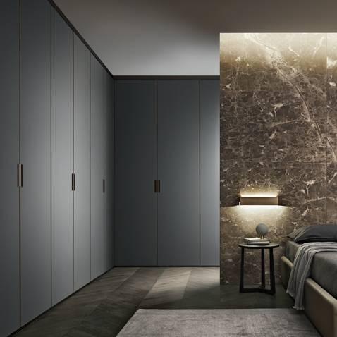 luxe hoekopstelling garderobekast voor de slaapkamer met gelakt glazen deuren en luxe interieur in leder, glas en hout. Rimadesio Italiaans design