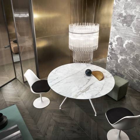 luxe ronde tafel in wit calacatta marmer en wit aluminium poten Rimadesio Manta