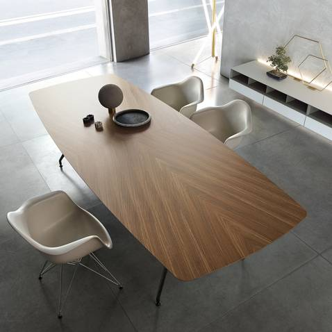 luxe ovale tafel in notenhout met aluminum poten Rimadesio Manta via Noctum