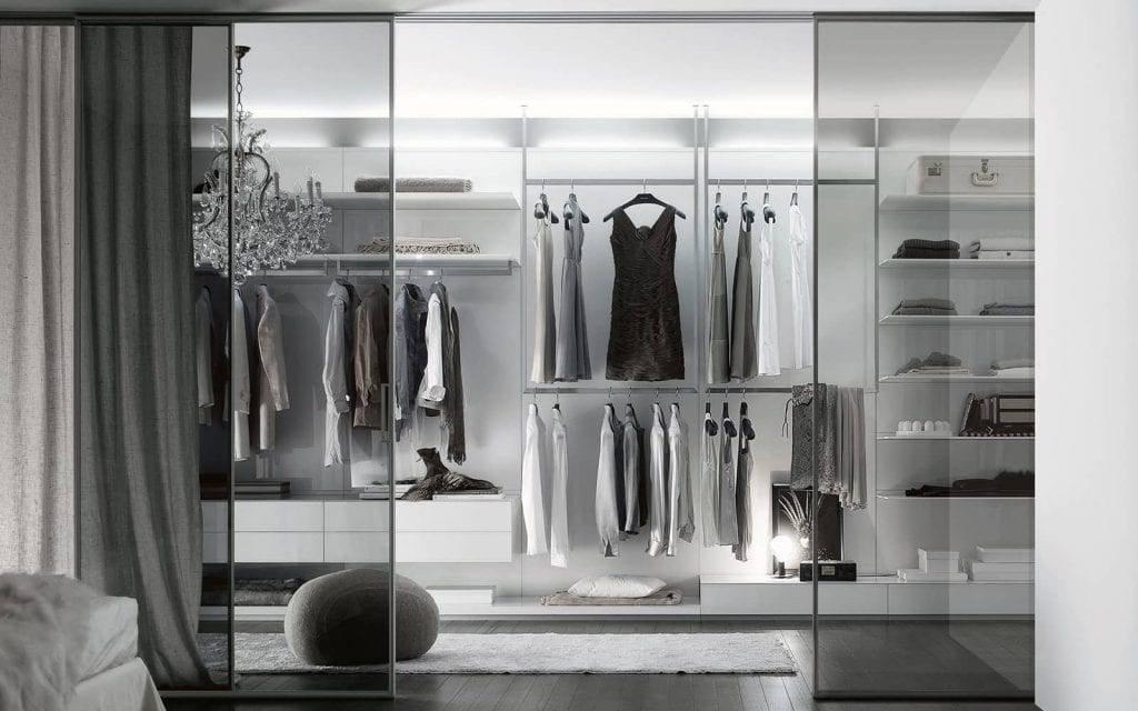 design inloopkast in wit met glazen schuifdeuren Rimadesio