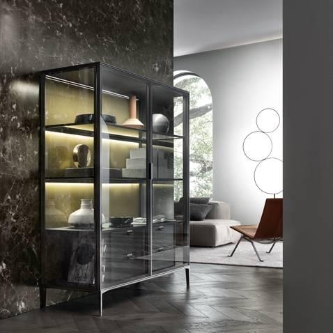 luxe italaanse vitrinekast op maat met glazen deuren en houten ladeblok. rimadesio alambra