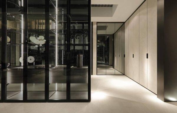design interieurbouw inloopkasten op maat met keramiek deuren