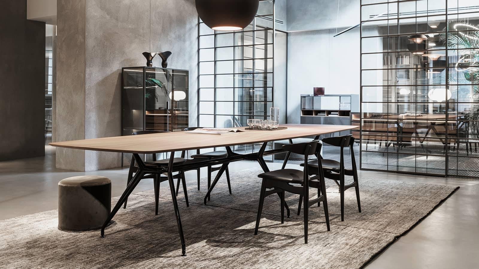 luxe eettafel met houten blad en aluminium poten ovaal of bootvormig
