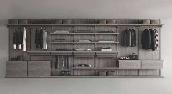 luxe inloopkast met grijskleurige houten achterwanden en lederen kastaccessoires op maat gemaakt