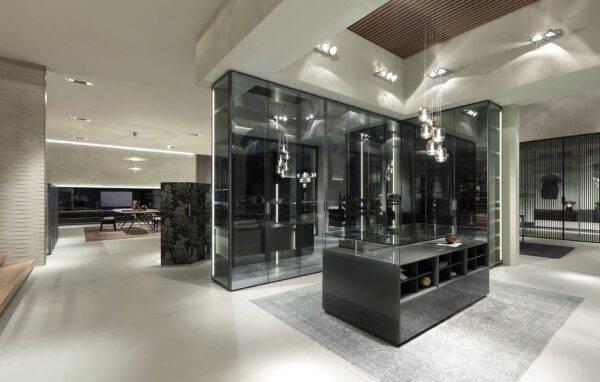 design vrijstaande garderobe kast op maat in glas en aluminium met lederen kastinterieur rimadesio cover
