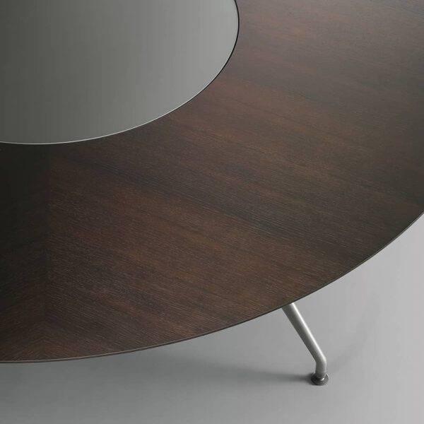 detail ronde tafel in eikenfineer met glazen ronddraaiend inzetstuk