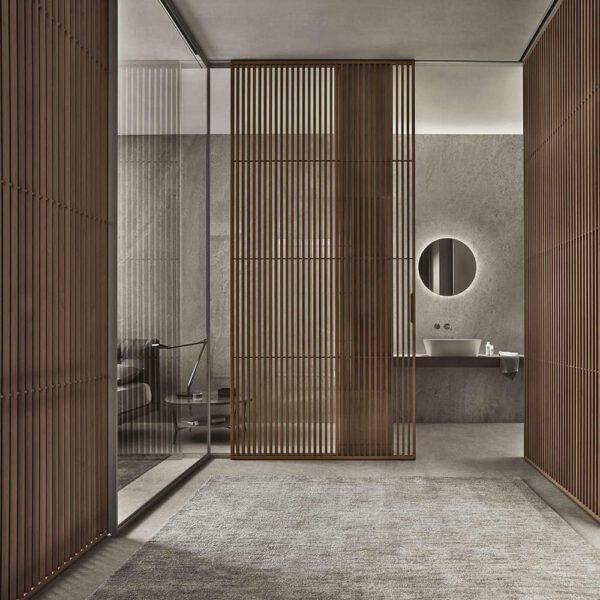 design kamerhoge hoekopstelling schuifdeur met notenhout verticale latjes en glazen zijpanelen voor slaapkamer rimadesio sail