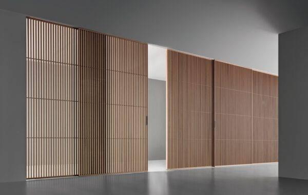 maatwerk schuifdeur met verticale profielen in hout