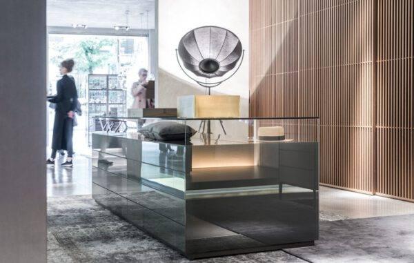 luxe_glazen_vitrinekast_displaykast_in_aluminium_en_gelakt_glas_rimadesio_dolmen