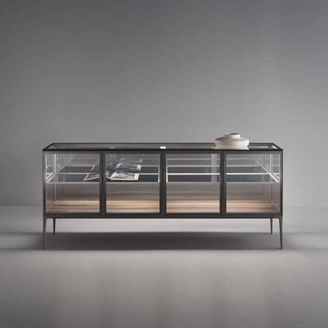 luxe italiaans dressoir met glazen deuren en lades in hout op maat gemaakt. Rimadesio Alambra dressoir.