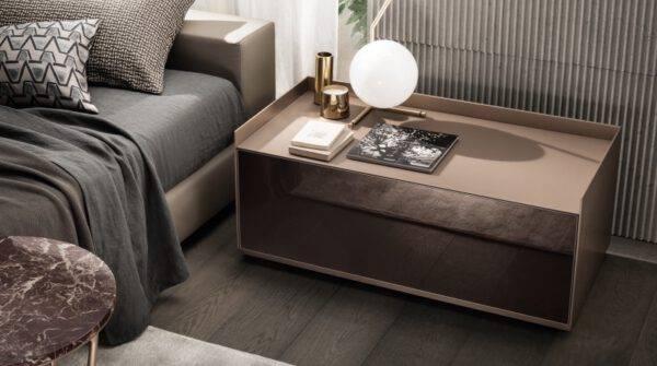 luxe nachtkastje op maat in gelakt glas en aluminium met lades op maat gemaakt rimadesio italiaans design