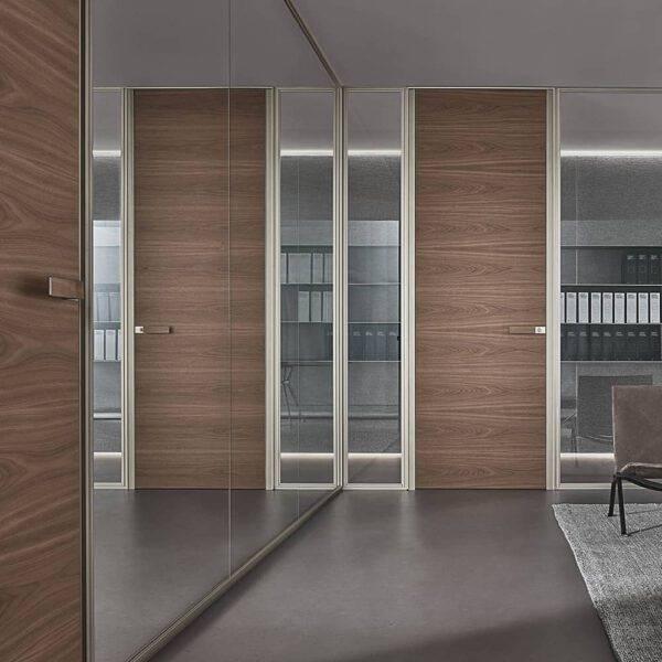 luxe houten binnendeur kantoor met vaste glazen wanden