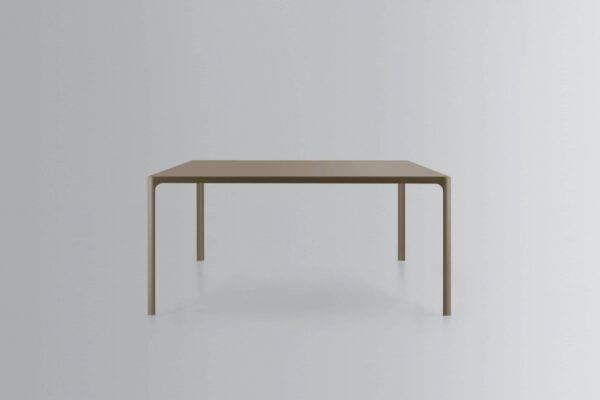 design vierkante gekleurd glazen tafel en aluminium poten