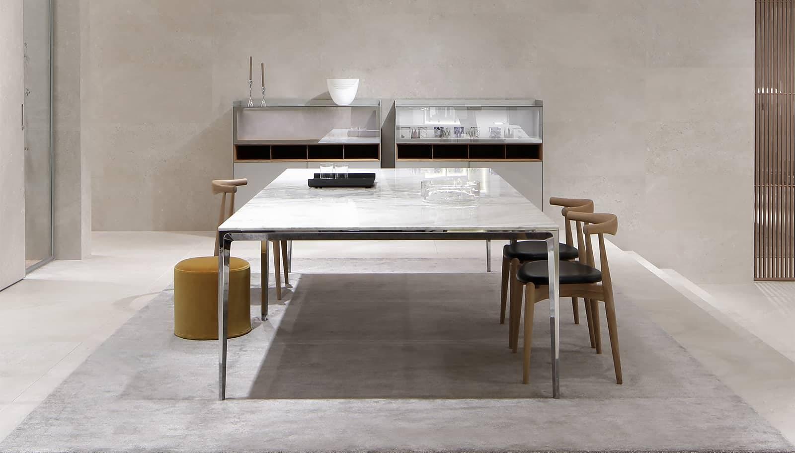 italiaanse design tafel vierkant met wit calacatta marmer blad en aluminium glanzende poten