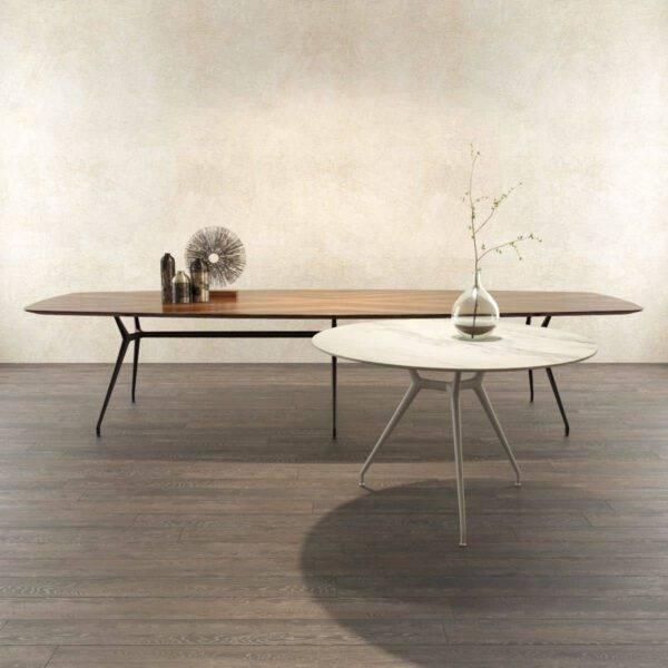 moderne ronde tafel in wit marmer en ovale tafel in notenfineer