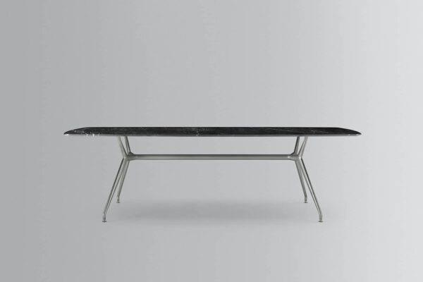 moderne tafel met zwart marmer blad en aluminium poten