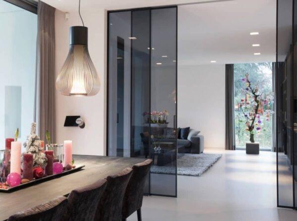 luxe kamerhoge schuifdeur met een zwart kader en rookglas rimadesio velaria