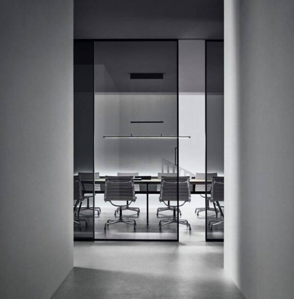glazen partitiewanden voor kantoren in glas en aluminium met draaideur of schuifdeur. Rimadesio spazio