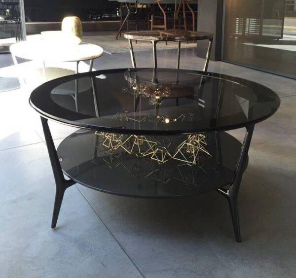 moderne ronde koffietafel met grijsachtig rookglas en aluminium poten. Rimadesio Planet Italiaans design