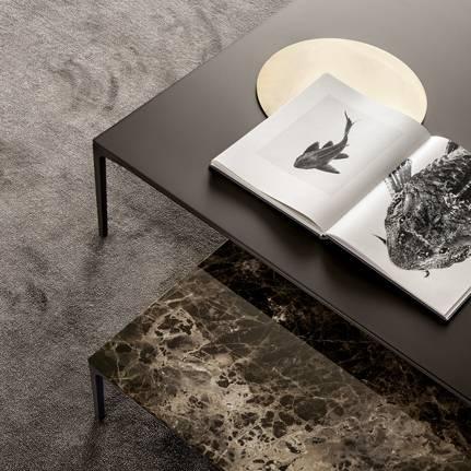 luxe italiaanse glazen salontafel en marmer salontafel op maat met aluminium poten rimadesio tray via noctum