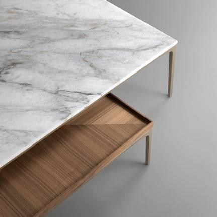 luxe italiaanse salontafel met een marmer blad en een houten blad met aluminium poten. Rimadesio tray