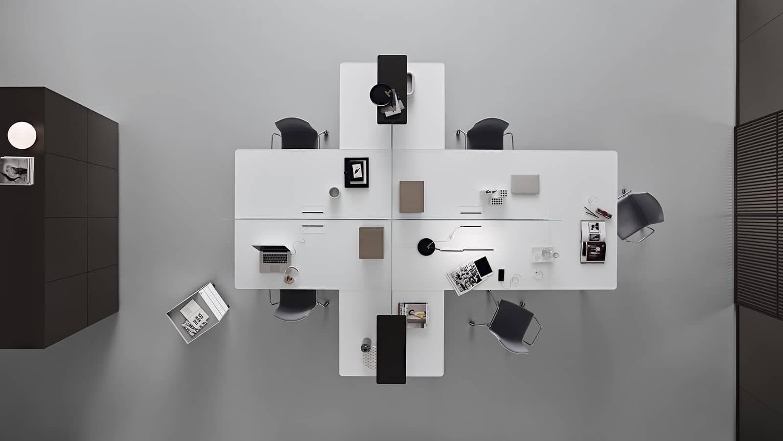 luxe italiaanse bureau in wit glas met aluminum poten rimadesio flat