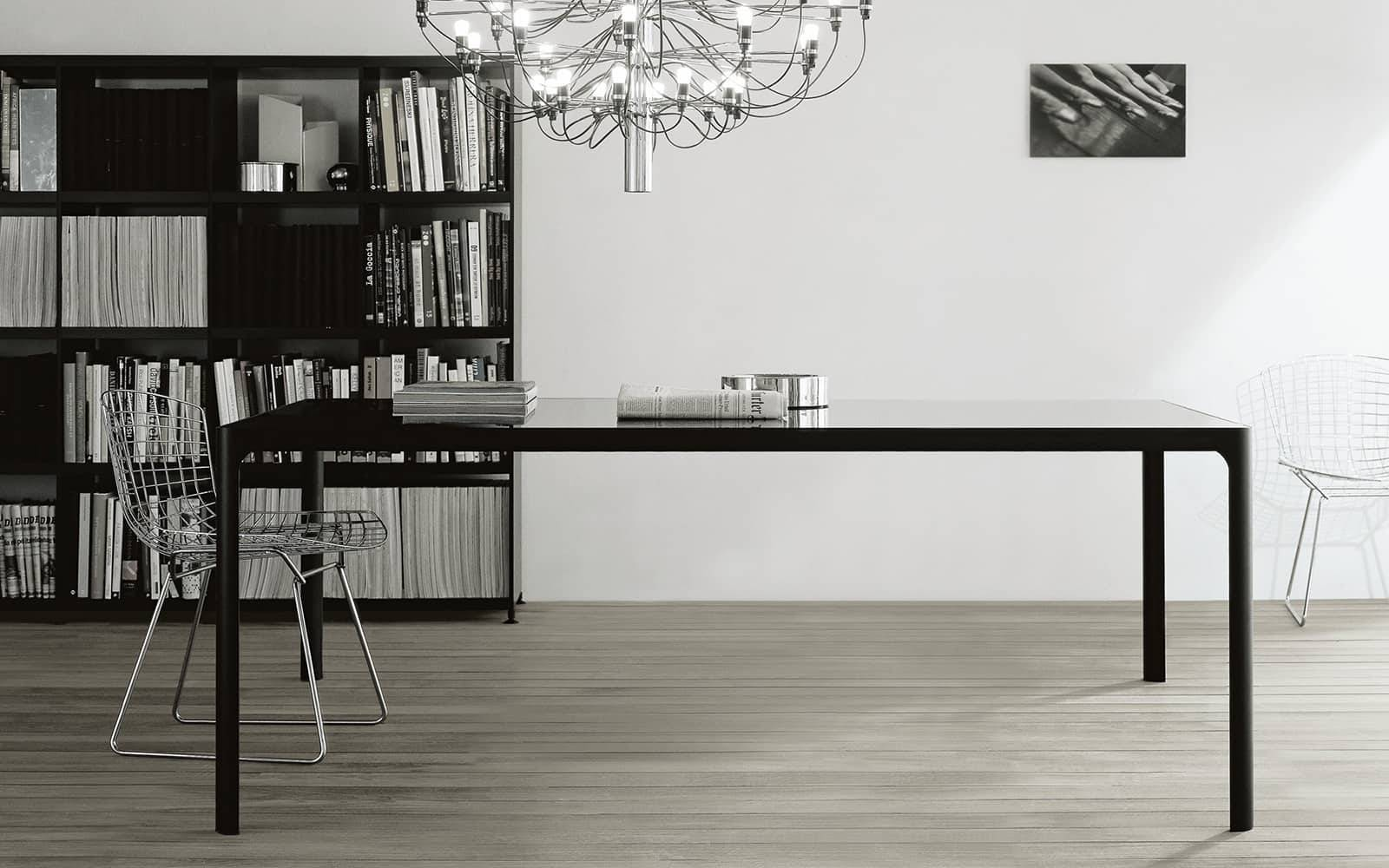 italiaanse tafel in zwart gelakt glas met zwart aluminium poten rimadesio flat