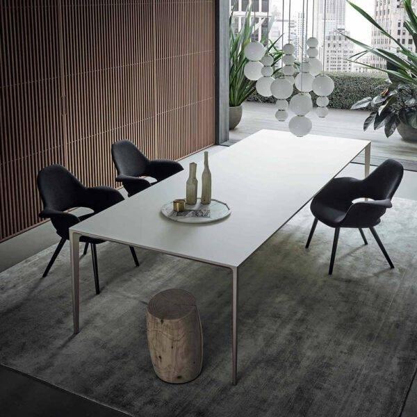 langwerpige wit glazen tafel met aluminium poten italiaans design op maat