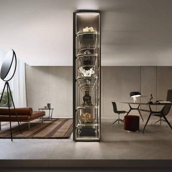 vrijstaande transparant glazen vitrinekast met zwevende ladeblokken en glazen legplanken op maat rimadesio cover