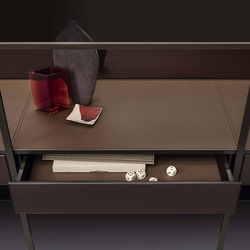 boekenkast met lederen en glazen kastintereur en lade italiaans design