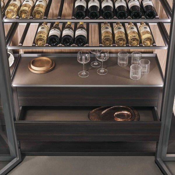 luxe glazen wijnkast met houten ladeblokken en lederen afwerking rimadesio cover italiaans design