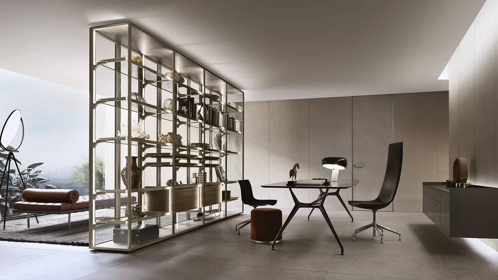 moderne vrijstaande vitrinekast met glazen deuren en zwevende ladeblokken. Geheel op maat gemaakt. Exclusief Italiaans design Rimadesio Cover