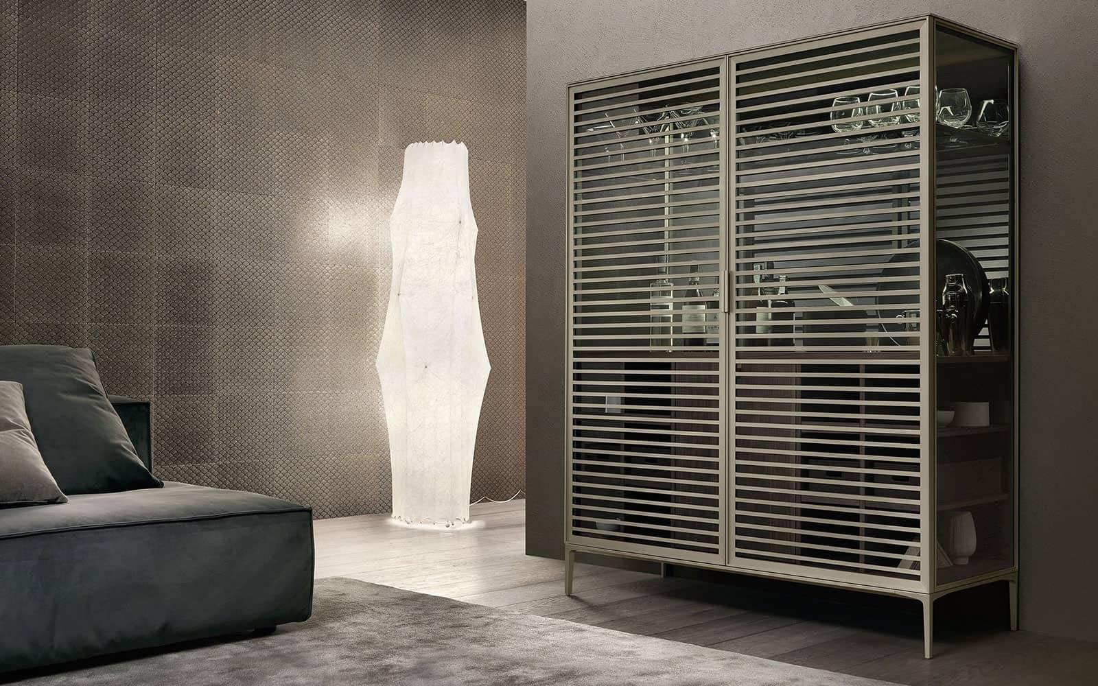 moderne drankmeubel met glazen deuren en houten kastinterieur. Met geïntegreerde koeling en LED-verlichitng. Rimadesio Alambra