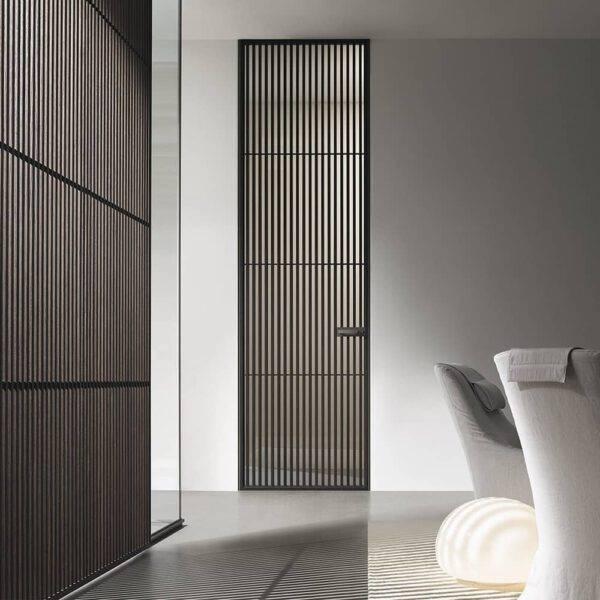 rimadesio deur Sail italiaans design met verticale profielen afgewerkt in eikenfineer. De deuren van Rimadesio worden altijd op maat gemaakt