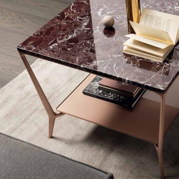 design vierkante koffietafel of salontafel met roodachtig marmer en aluminium poten rimadesio planet
