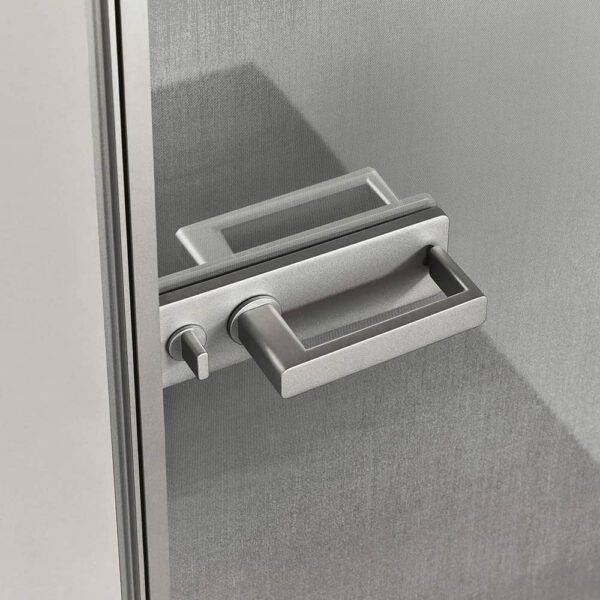 luxe italiaanse binnendeur met exclusief rete inox glas en greep in gelakt platino aluminium rimadesio zen kozijnloze deur